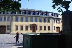 Goethe's woonhuis in Weimar. De schrijver woonde op de tweede verdieping tot aan zijn dood in 1832. Picture after a slide of Julius Röntgen