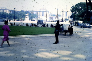 La Dame au Rouge avec un Flic au dessous le Tour Eiffel Juillet 1964.