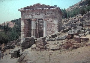 Templeomplex of Delpjhi. yhe Treasury of the Athenians. July 1965.